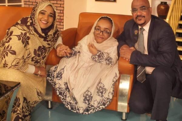 الجامعة العربية المفتوحة تكرم طالبة سودانية من ذوي الاعاقة بمنحة دراسية كاملة